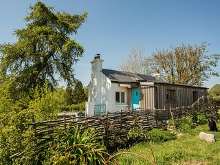 Birch Eco Cottage - cosy and off grid with woodland views
