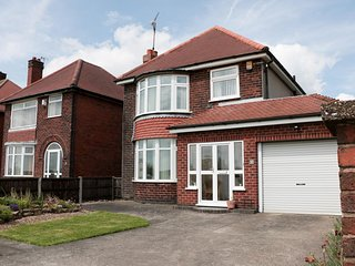 75 MANSFIELD ROAD, open plan, sleeps five, large garden, Chesterfield, Ref 96039