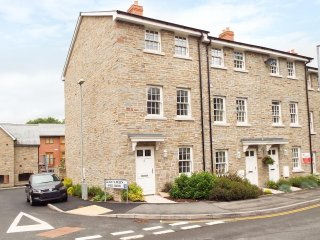8 MILL BANK, end-terrace townhouse, bright, modern, three double beds, WiFi