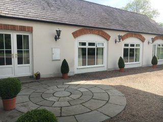 Country Living, Private Garden and Hot Tub, near Hillsborough and Airpor