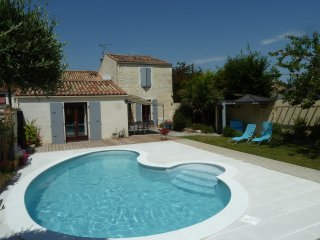4 bedroom holiday home with private pool, easy walking to restaurants and shops