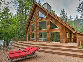 Luxury Baring Lodge w/ Views on Skykomish River!