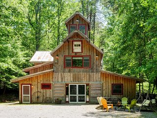'7 Timbers' Jasper Cabin on 15 Acres w/ Creeks!