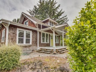 Charming dog-friendly Craftsman w/wood stove; near park & Gearhart!