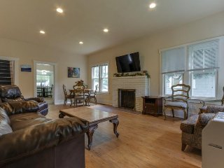 Charming, dog-friendly cottage in an amazing location close to downtown & beach!