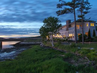 Waterfront townhouse w/ cozy gas fireplace and fantastic river views