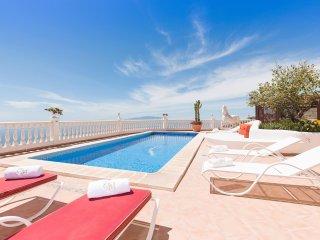 Enjoy the huge terrace overlooking the coast to Gomera Island. Comfortable sunloungers.
