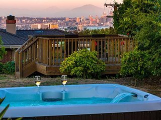 Panoramic Views w/ Private Jacuzzi in a Great Neighborhood
