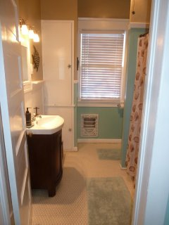 Full bathroom between the two bedrooms