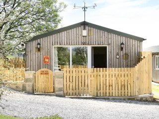 THE OLD HEN SHED, sleeps six, en-suite, hot tub, dogs welcome, Hawarth, Ref