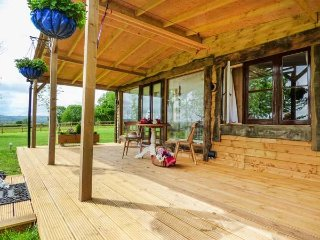CARADON LODGE, romantic, cosy, king-size, oak, near Callington, Ref 958260