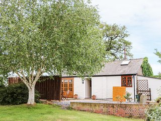 CHESHIRE CHEESE COTTAGE, ground floor, detached, woodburner, hot tub