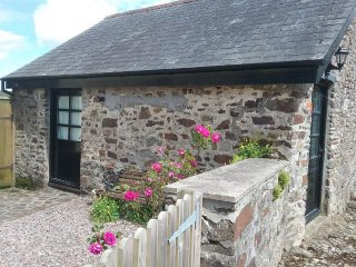 THE OLD WORKSHOP, cosy, sleeps two, barn conversion, Knowstone, Ref 953898