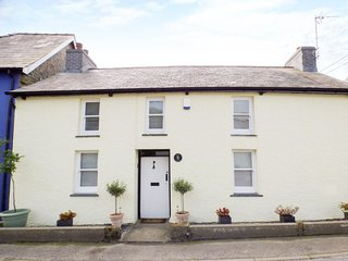 PENLAN COTTAGE, character cottage, multi-fuel, stove, WiFi, near Lampeter, Ref