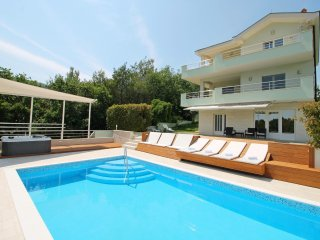 NEW! Luxury VILLA LOVRIC with  pool, jacuzzi, sauna, private tavern, 8 person