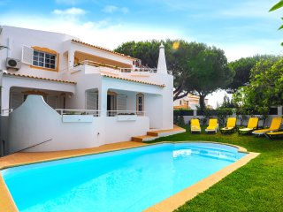 Villa Praia da Gale, next to the beach restaurants and supermarket, sea view