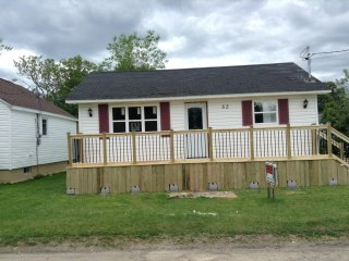 Cozy three bedroom cottage very close to the Shediac Marina and Parlee Beach.
