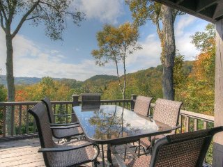 Charming 4BR mountain cottage with Views in Banner Elk near Ski Beech. Hot Tub