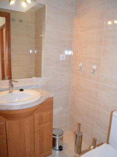 Gran baño bien equipado con menaje moderno