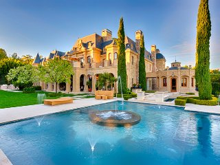 The Beverly Manor - An Incredible Giant Los Angeles Mansion With Every Amenity