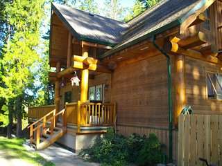 Son Country Chalet, Shuswap's Best Family Vacation Rental - Hot Tub / Pool Table