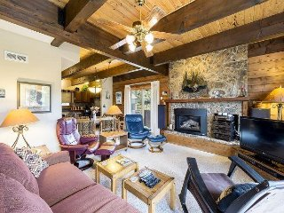 3BR Townhouse w/ Shared Pool, Private Sauna - Walk to Ski Slopes