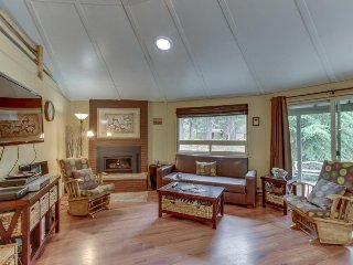Modern & cozy home w/ hot tub next to the Village at Sunriver, SHARC passes!