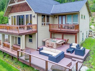 Summer Specials at Crest View! 4BR+Bonus | 3.5BA | Slps 15 | WiFi | Hot Tub
