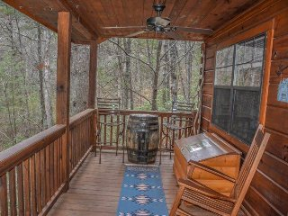 ETOWAH- ADORABLE 2 BEDROOM/1 BATH CABIN! HOT TUB, PET FRIENDLY, WOOD BURNING