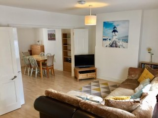 BOURNECOAST: HOLIDAY HOME IN TOWN CENTRE - WALK TO SHOPS/SANDY BEACHES - HB6085