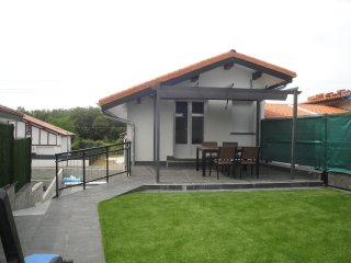 Coqueto Dúplex nuevo a 500 m de la playa, zona de jardín, terraza. Wifi