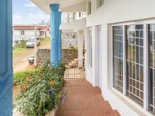 Restful 3-BR stay with a verdant hilly view