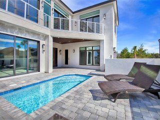 Sleek Retreat, Luxury Home, Private Pool, Gulf Views, Close to the Beach!