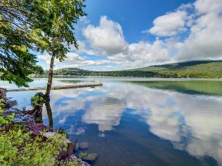 Lakefront with views, beach access & more - close to town & skiing