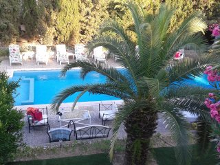 little haven, studio entier, 29m2 independant, pool , beach 400m, very central.