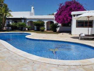 Casa de 4 habitaciones dobles, con piscina a 5 minutos Pacha, 10 minutos Ibiza