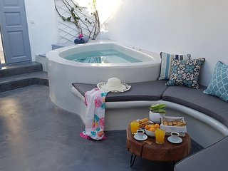 Santorini First, traditional house, 5 persons, jacuzzi!
