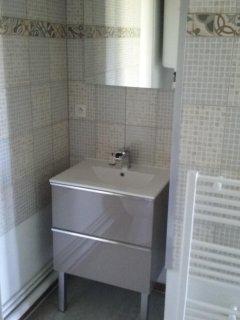 La salle d'eau, entièrement refaite (mobilier, peinture, sol)
