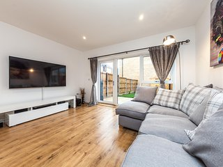 Luxury 2 Bed House with Study & Garden in London