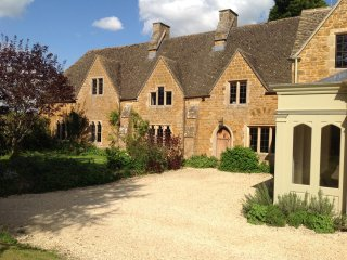 Parson's Retreat, fabulous, old Vicarage, with hot tub & a private lake