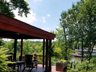 2BR / 1BA Peaceful Romantic Retreat on the Water in Nashville