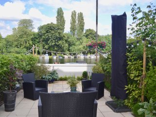 River Terrace 2 bedroom garden apartment with terrace & views over the river.