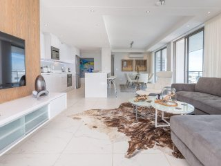 Contemporary 3 bed, metres from the beachfront and shops