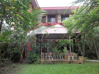 Great bigroom 5 to 8 guests, A/C, WiFi, Kitchen, 2bathrm,. Parking