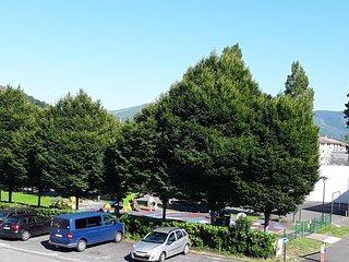 Parking public , jardin d'enfants, fronton, au dernier plan l'Espagne