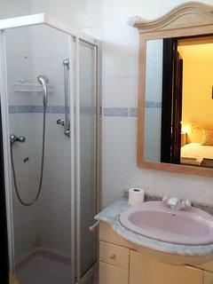 Baño incorporado Dormitorio 3, cabina ducha, ventana exterior