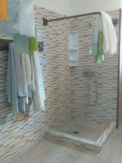 bagno nuovo con due lavandini e due docce