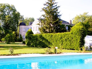 Small Château. Park, big pool and 2 lakes. 5 En suite bedrooms, min 6 max 12 p.
