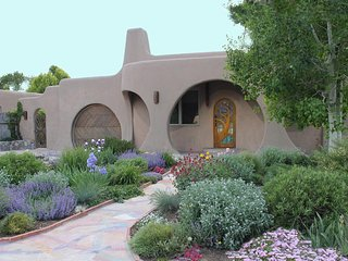 Luxury Mosaic Masterpiece: Centrally Located to downtown. Santa Fe Hobbit House.