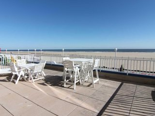 Georgous Large Ocean Front Condo on Boardwalk w/ Extended Balcony sleeps 11